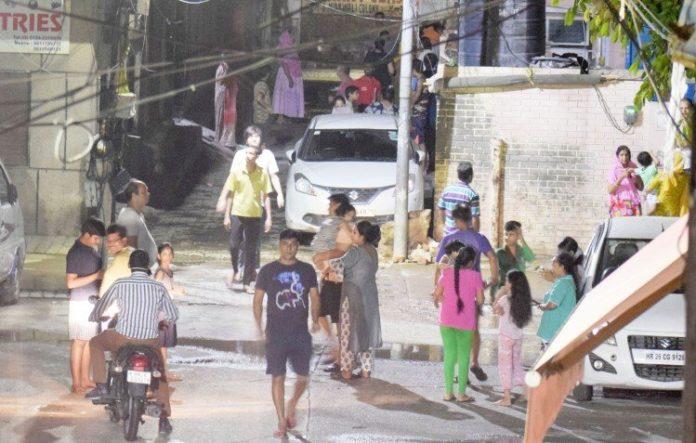 गुरुग्राम-में-लगे-भूकंप-के-झटके,-घरों-से-बाहर-निकले-लोग